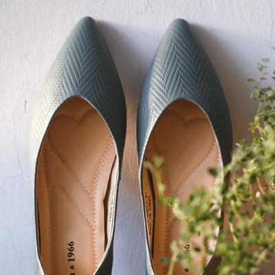 不同於圓頭鞋的柔美,尖頭鞋更具獨特個性,鞋頭的V型設計有小心機,能最大程度地露出腳面,非常能夠將雙足修飾得修長細膩。